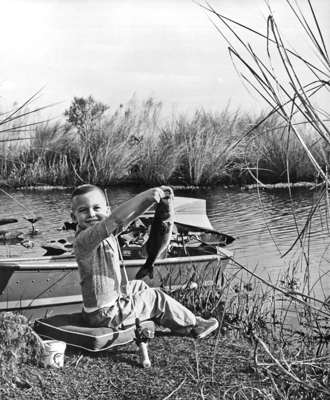 29 Pictures Of Children Of The Past Show The Differences Between Generations - What's childhood without fishing