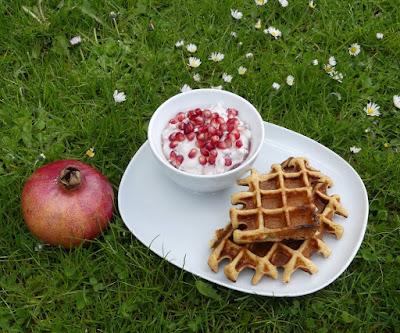 Quarkwaffeln mit Granatapfelkernen und weißer Schokolade