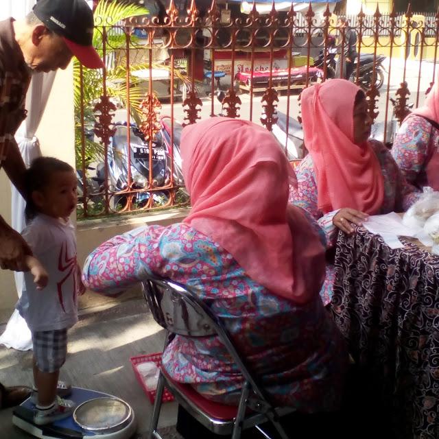 posyandu di acara bakti sosial ikatan bidan indonesia