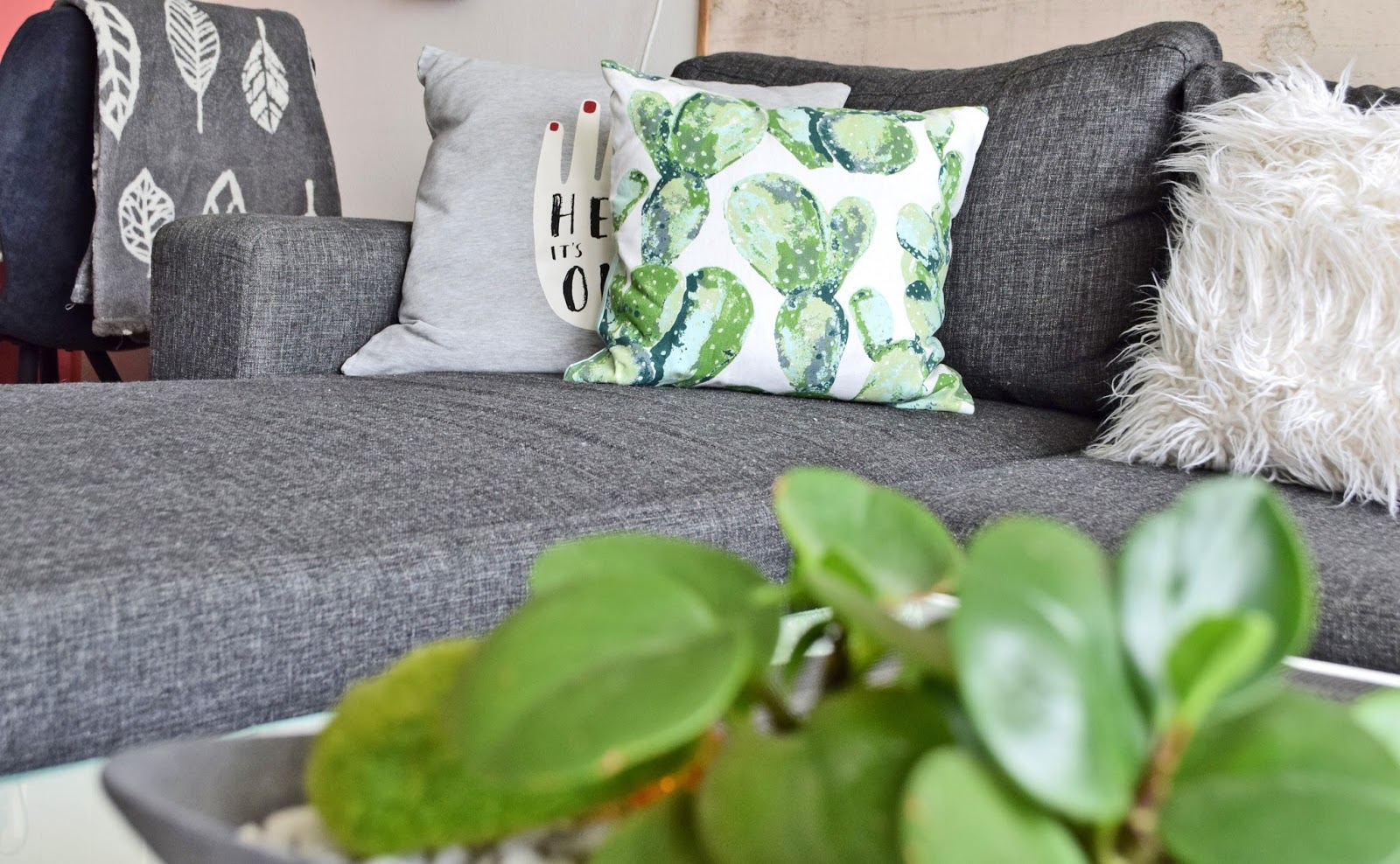 Dekorowanie sofy poduszkami