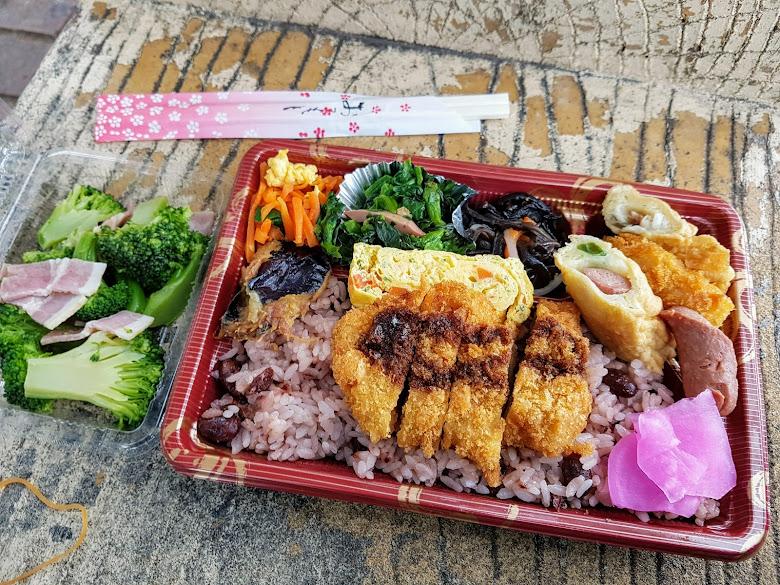 便當加上小菜,500 日幣能解決