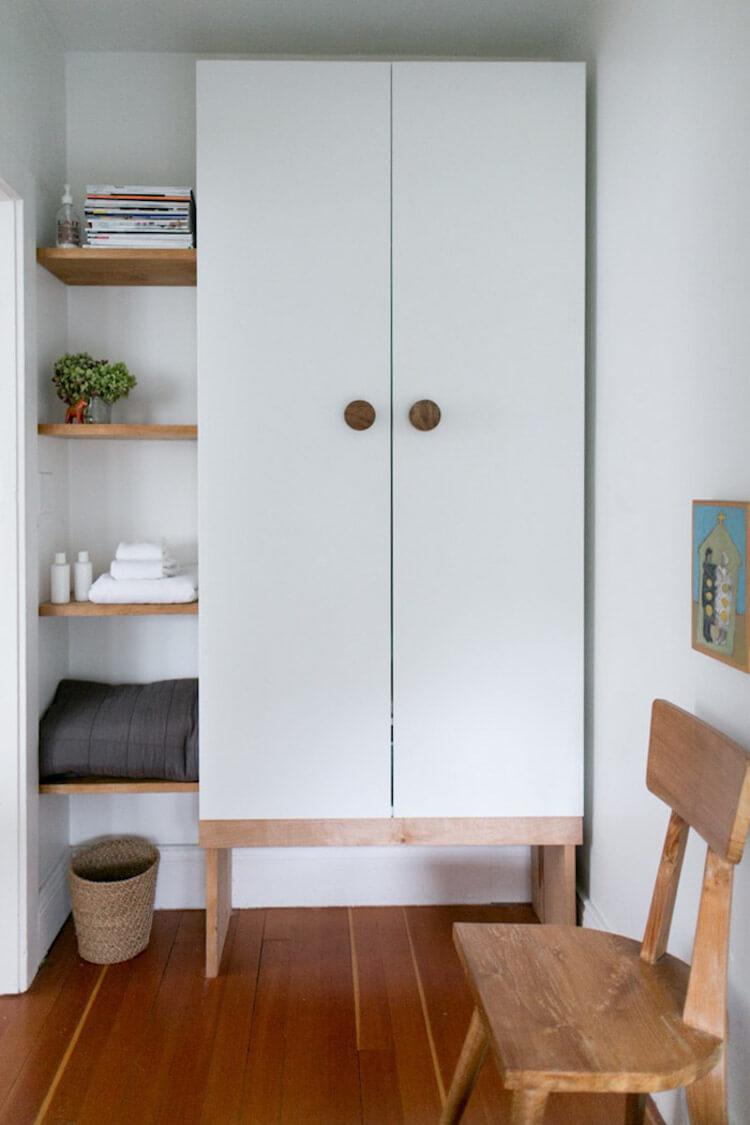 armario sobre base de madera