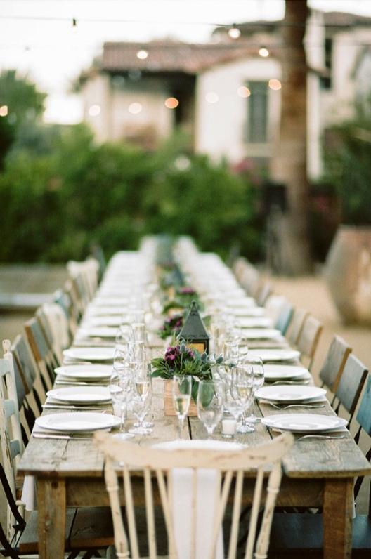 larga mesa de invitados de madera rustica sin mantel chicanddeco