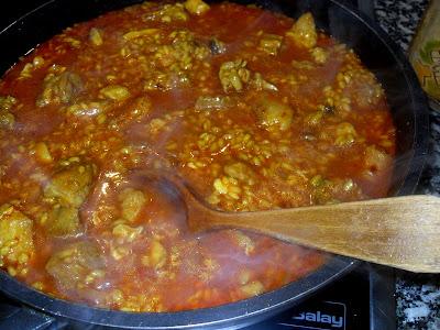 Preparación del arroz al horno en la cazuela al fuego
