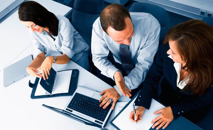 Las empresas que están elevando su nivel de competitividad además de los conocimientos técnicos y dominio del idioma inglés requieren personas que tengan la capacidad de trabajar en equipos multiculturales, de liderar proyectos y de auto gestionarse. (Foto: Cortesía)