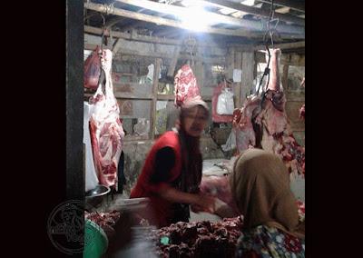 FOTO 2 : Pedagang daging Sapi menjelang Lebaran di Pasar Pabuaran, Subang