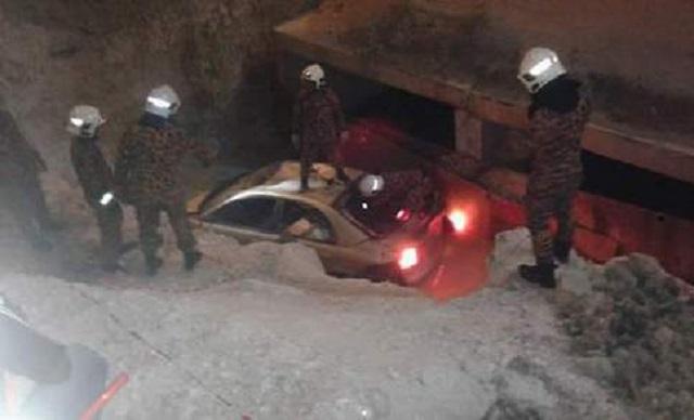 Pemandu Mabuk Terbabas Masuk Lubang Tapak Pembinaan Terowong