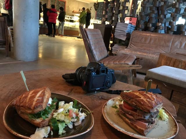 アイスランドのゴールデンサークルにあるゲイシール(間欠泉)の前の大きなレストラン兼おみやげ物屋さんで食べたサンドイッチ