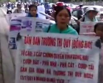 Dân oan kêu oan trước tư dinh Nguyễn Phú Trọng