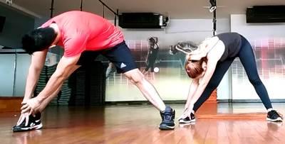 Ejercicio individual para estirar los músculos aductores y de hamstring