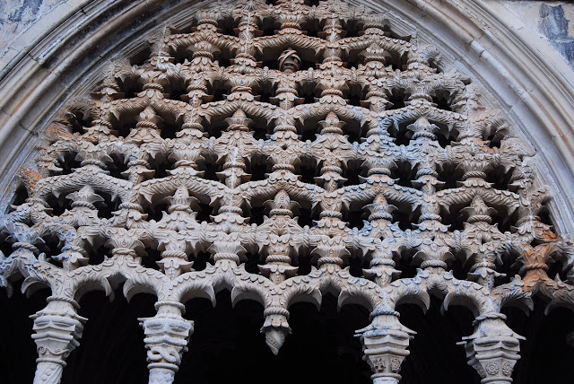 détail de la décoration manuéline entre les arcades