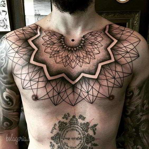 Vemos a un chico con tatuajes geometricos en las pectorales