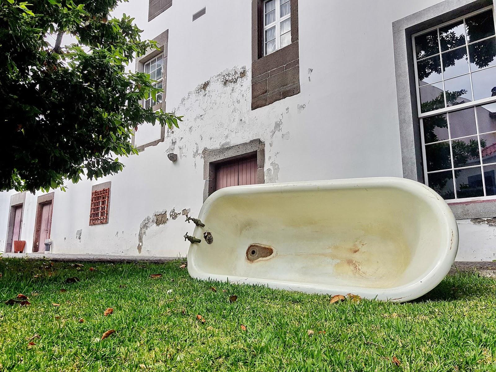 a banheira sobre a relva
