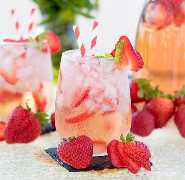 Strawberry Rosé Sangria #cocktail #drinks
