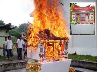 Asal – Usul Tradisi Bakar Rumah dan uang Kertas Saat upacara kematian