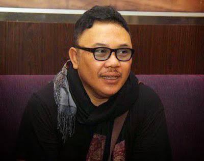 Biografi Doel Sumbang     Doel Sumbang lahir di Bandung, 16 Mei 1963 dengan nama Abdul Wahyu Affandi. Doel lahir dan dibesarkan dalam keluarga santri yang agamis. Ayahnya yang dikenal dengan sebutan 'Abah Kabayan' adalah seorang mubalig di Kota Bandung. Ia mulai bersentuhan dengan dunia seni khusunya seni musik dan lihat daftar tokoh teater saat duduk di bangku SMP. Ia menimba ilmu pada sastrawan nyentrik, Remy Sylado. Sejak saat itu, Doel mulai menuangkan imajinasinya menjadi lirik lirik lagu yang sarat dengan kritik sosial. Tema yang pada saat itu bisa dibilang belum banyak diangkat. Syair-syair yang digunakannya pun sederhana dan merakyat.   Keunikan itulah yang kemudian mengundang ketertarikan dari seorang produser bernama Handoko Kusumo. Ia berminat merekam karya-karya Kang Doel. Hingga pada akhirnya, Doel berhasil mengorbit di kancah musik tanah air sekitar tahun 80-an. Handoko juga yang menyematkan kata Sumbang di belakang nama Doel. 'Sumbang' di sini bisa dimaknai sebagai suara kritik terhadap sistem maupun budaya, meski liriknya jenaka namun mengandung kritikan yang cerdas. Kecerdasan kritik seorang Doel Sumbang dapat didengar lewat lagu Aku si Raja Goda, Suparti, Martini, Sakit Jiwa, dan masih banyak lagi. Ada pula lagu berjudul Aku, Tikus, dan Kucing, yang