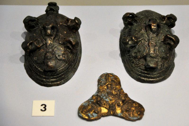 wikińskie brosze żółwiowate oraz trójlistna znaleziona na wyspie Unst na Szetlandach