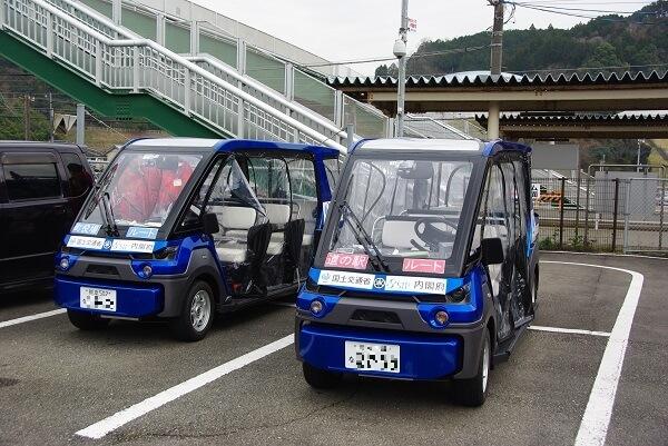 佐敷駅の、2台の自動運転車写真です