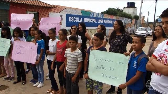 Alunos fizeram protesto por conta da falta de aula (Foto: Reprodução/ TV Sudoeste)