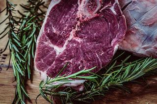 surowy stek z wołowiny gałązkami rozmarynu