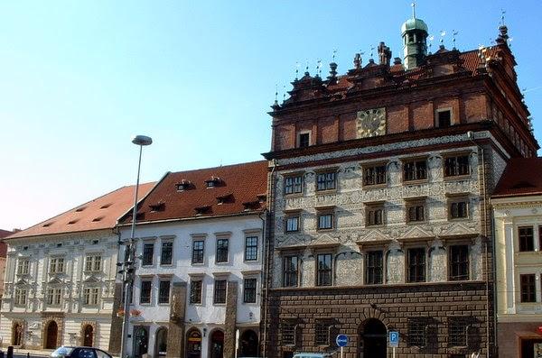 Ayuntamiento de Pilsen, a la derecha, y Casa Imperial, a la izquierda (Pilsen, República Checa)