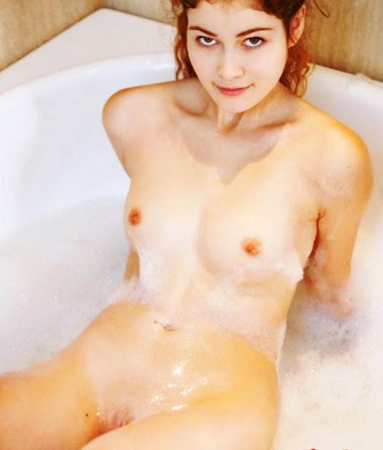 www.eroticaxxx.ru -Эротика в ванной бритая пися кучерявой девушки (12)