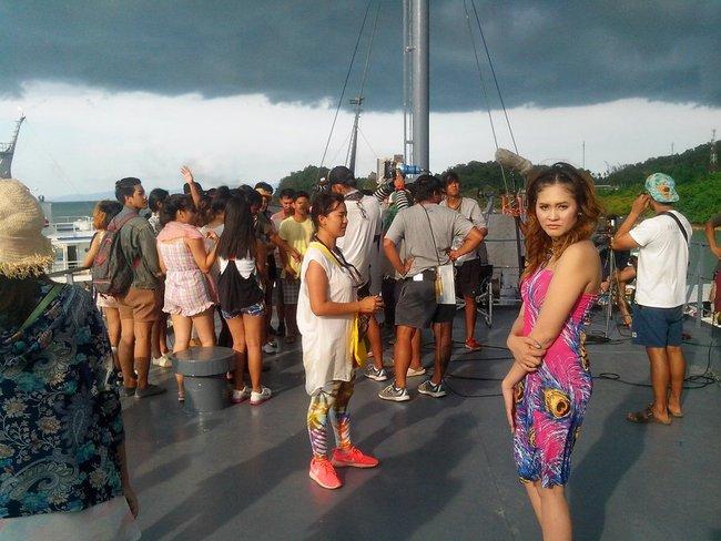 тайская девушка смотрит в объектив