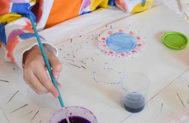Spring Flower Suncatcher Craft for kids.  Easy painting project makes gorgeous spring flowers!  Perfect for toddlers, preschool, kindergarten, or elementary kids.