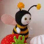 http://www.howtoamigurumi.com/amigurumi-bee-free-pattern/