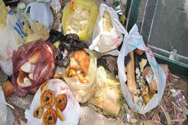 وجبات كاملة ترمى في المزابل وعمال النظافة يشتكون بالشلف