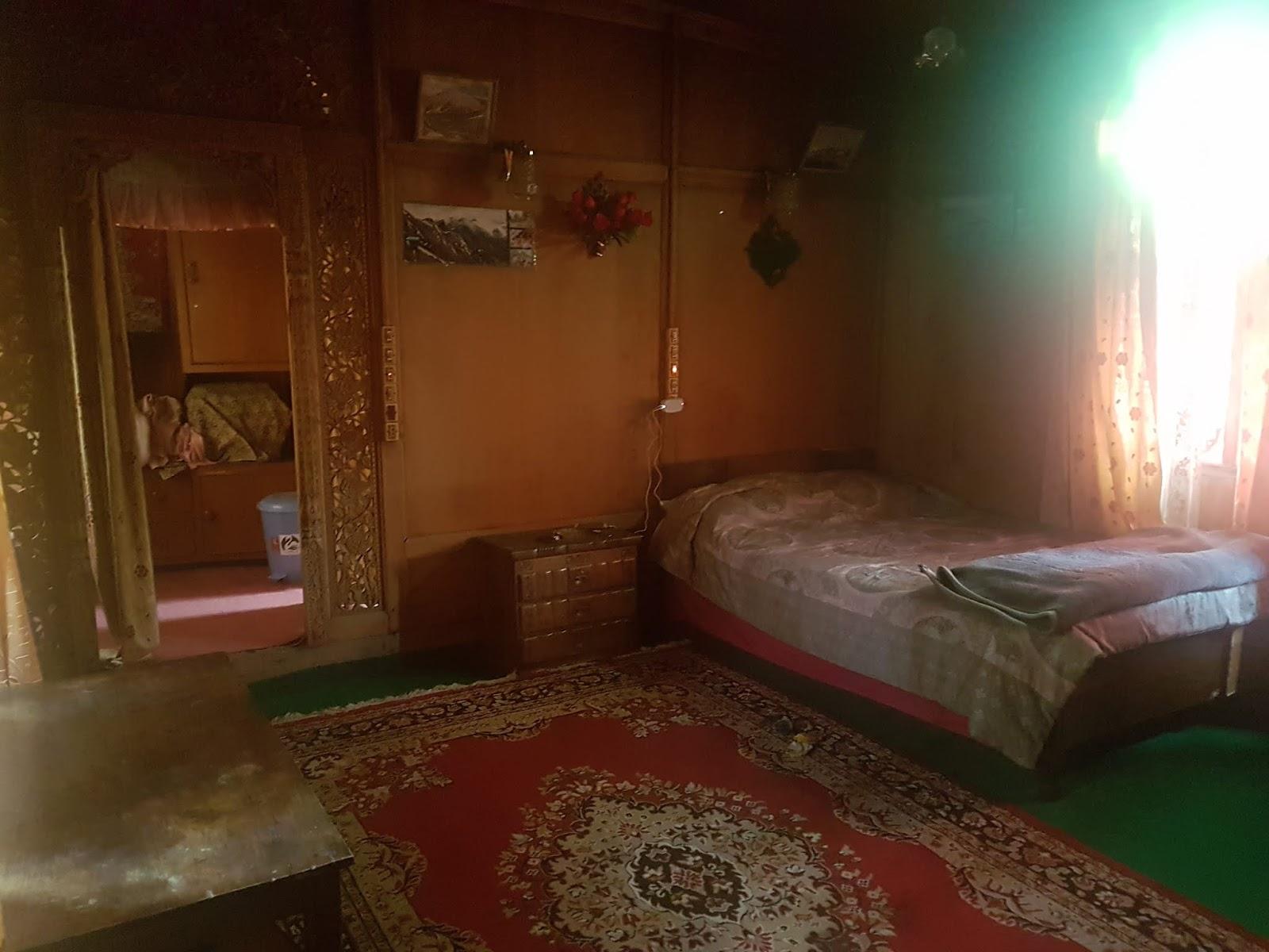 Room in houseboat in Srinagar | Ummi Goes Where?