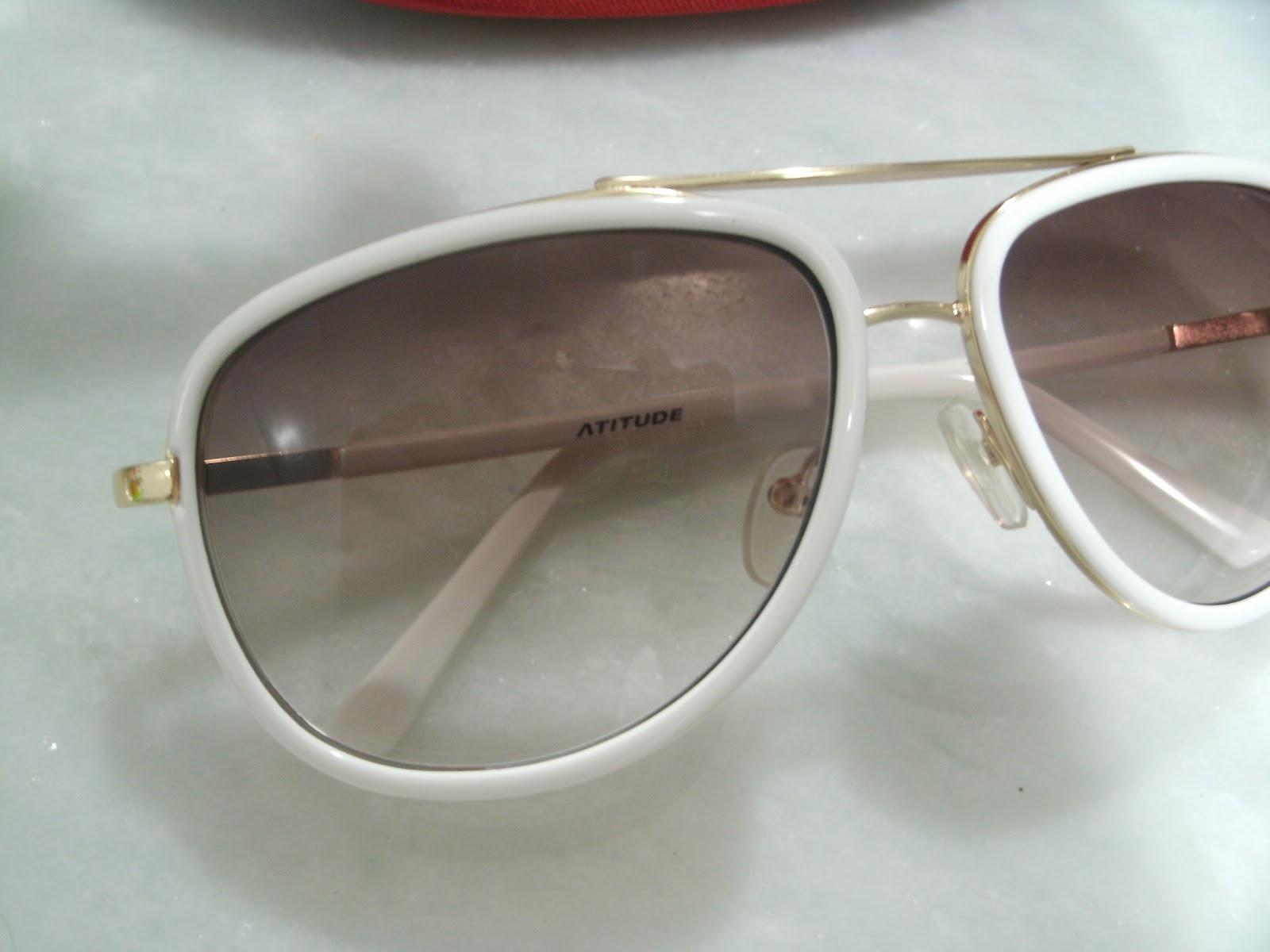 Esse óculos é da marca Atitude by Wanessa Camargo, ele tem armação branca e  os detalhes em dourado, liiindo! Super leve e fica lindo no rosto! 796a557dd1