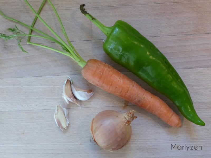 Lavez et épluchez oignon, poivron, carotte et ail.