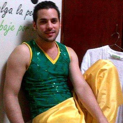Foto de Alexis Grullón con vestuario de bailarín