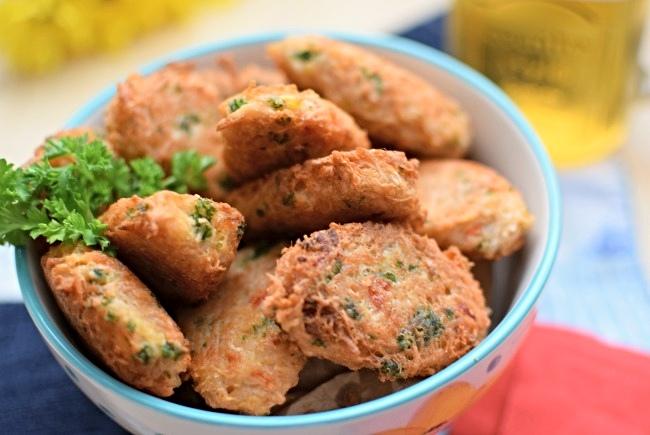 Los buñuelos de ocumo son unas croquetas fritas y pueden servirse como aperitivos o acompañantes