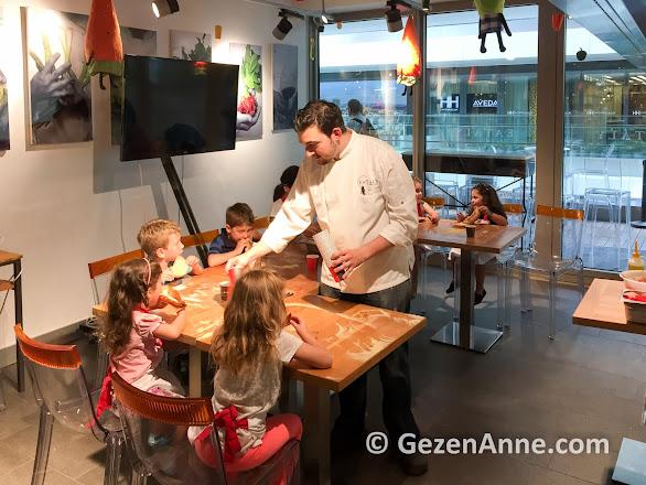 Eataly mutfak atölyesinde çocuklar pizza yapıyor, Zorlu center AVM
