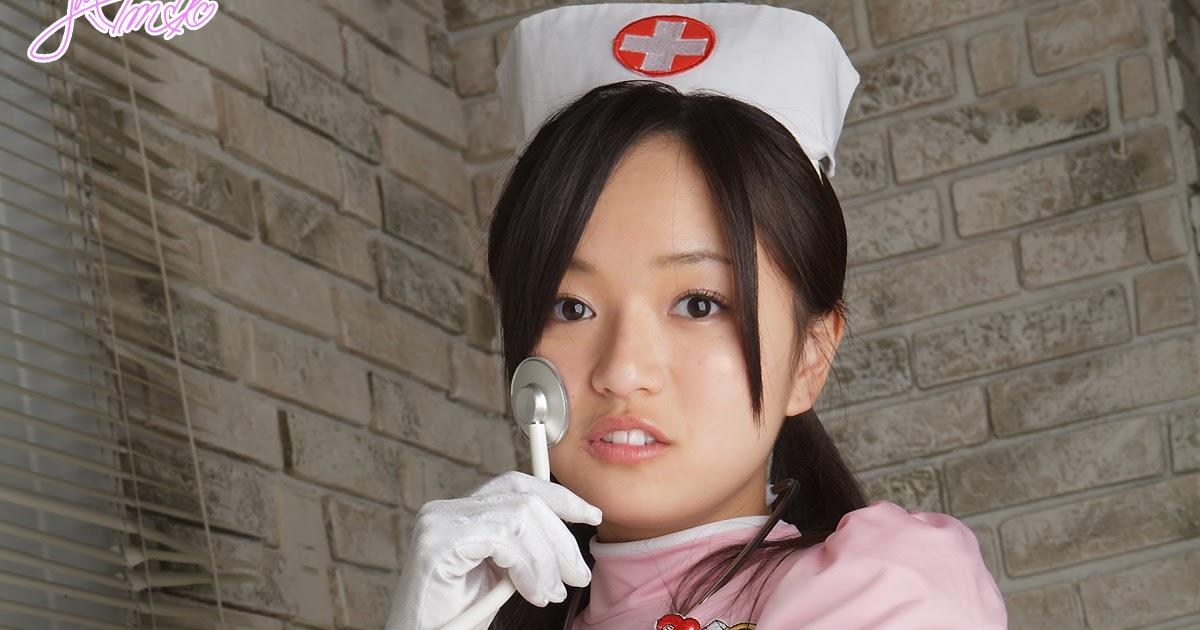 Schöne asiatische Engel Mayumi Yamanaka lächeln vor der Kamera