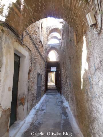 ascetyczny chłód, waska uliczka w Pyrgi, Chios