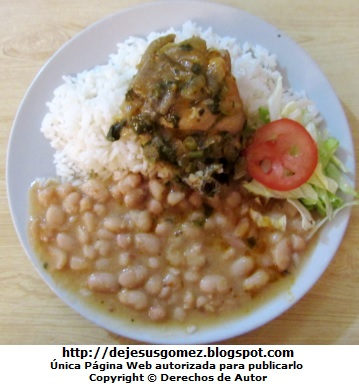 Foto de un plato con frejoles y seco de pollo (plato de fondo) con su ensalada, foto de Jesus Gómez