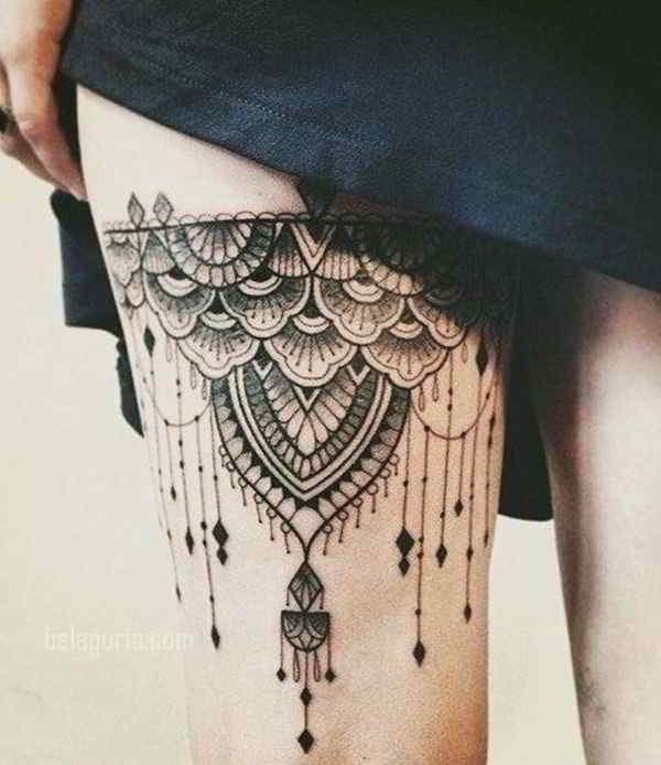 vemos  una modelo posando, lleva tatuaje en el muslo