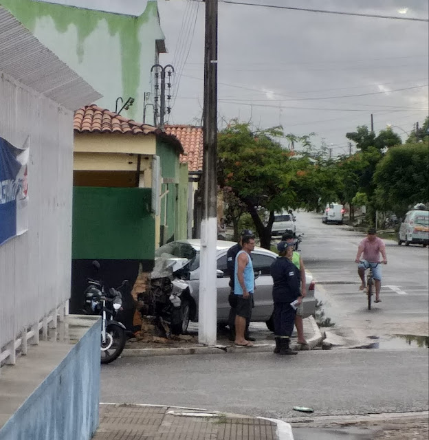 622283eab1 No inicio da manhã desta quarta-feira (27) um veículo Volkswagen Voyage  desgovernado e na contramão colidiu contra a parede de uma floricultura no  ...
