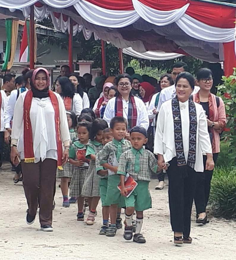 Ibu Negara Republik Indonesia Iriana Joko Widodo berjalan bersama murid paud di Tobasa.