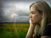 Camdan dışarıyı izleyen melankolik bir bayan
