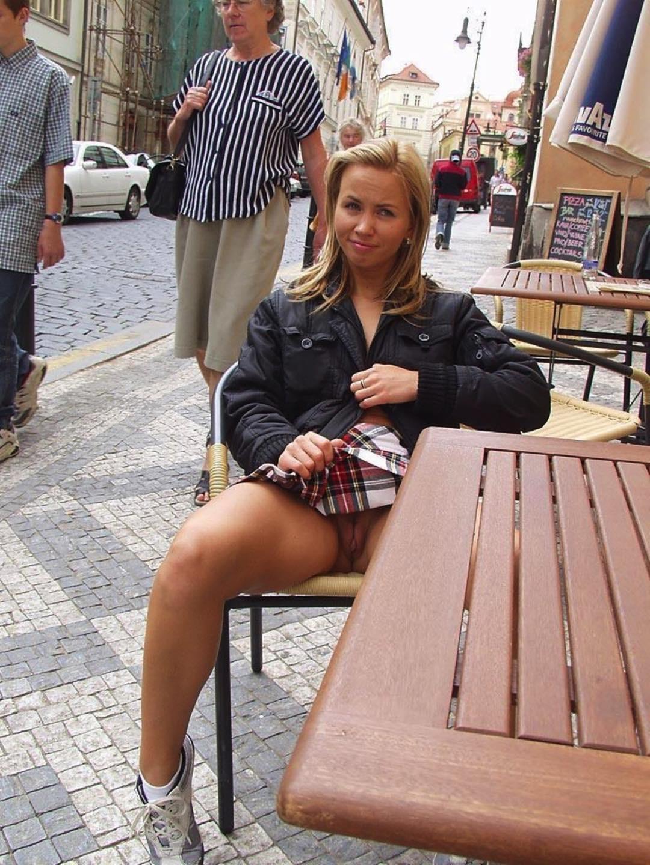 девушки в кафе под юбками выскочила улыбающаяся голова