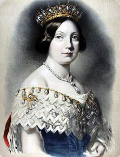 Retrato de la joven reina, coronada y con un vestido azul con escote blanco y collar de perlas.