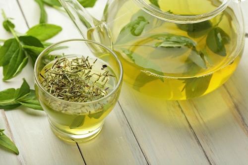 Uống trà xanh sẽ giúp giảm cân và thanh lọc cơ thể rất tốt