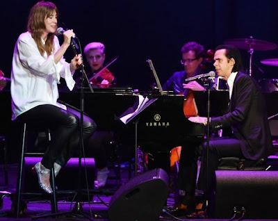 Foto de Beth Orton cantando en el escenario
