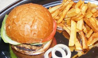 hamburger, hamburgeri, hamburgeri de casa, sandwich, burger, cheeseburger, barbecue, fripturi, retete pentru gratar, retete, retete culinare, retete de mancare, fast food, reteta hamburger, retete hamburger, hamburgeri americani, hamburger cu cartofi prajiti si salata, gustari, retete straine, retete traditionale americane, mancare americana, hamburger de porc, hamburger de vita, hamburger de curcan, gratare,