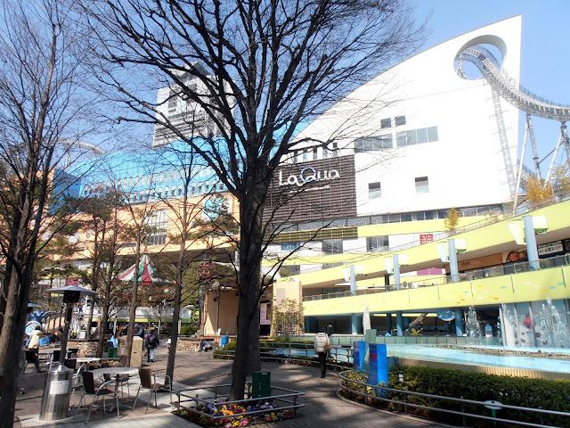 Centro comercial Laqua, en el Tokio Dome, con su montaña rusa