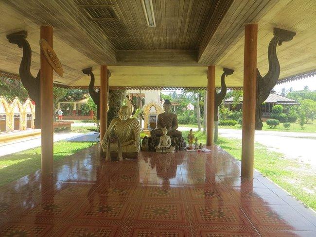 Монахи статуи